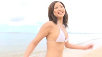 ビキニでポロリ!? パラソル 佐山彩香 ジュニアアイドル無料着エロ動画